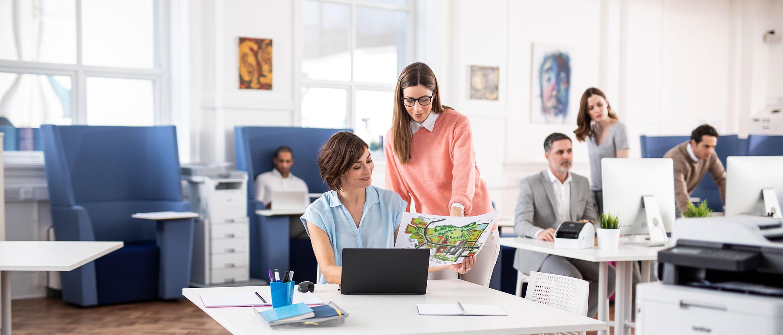 Sievietes strādā pie datora birojā
