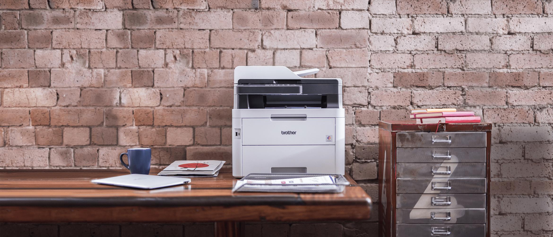 Brother DCP-L3550CDW krāsu lāzerdrukas printeris uz galda