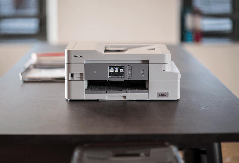 Brother daudzfunkciju tintes printeris uz galda