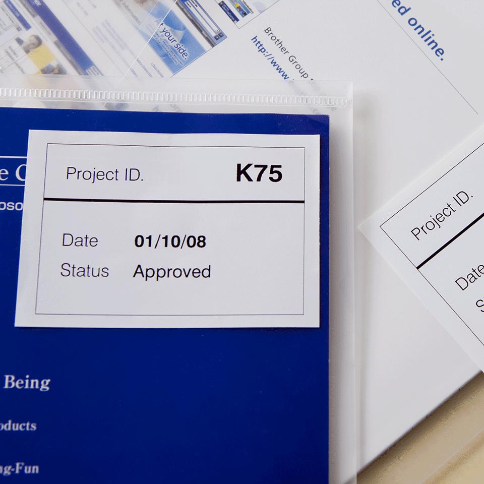 Oriģināls Brother DK-44205 vienlaidu garuma, papīra uzlīmju lentas rullis - melnas drukas, balta lenta - 62mm 2